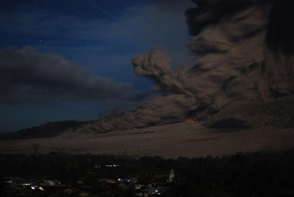 9 октября 2014 извержение вулкана Синабунг в Северной Суматре еще продолжалось