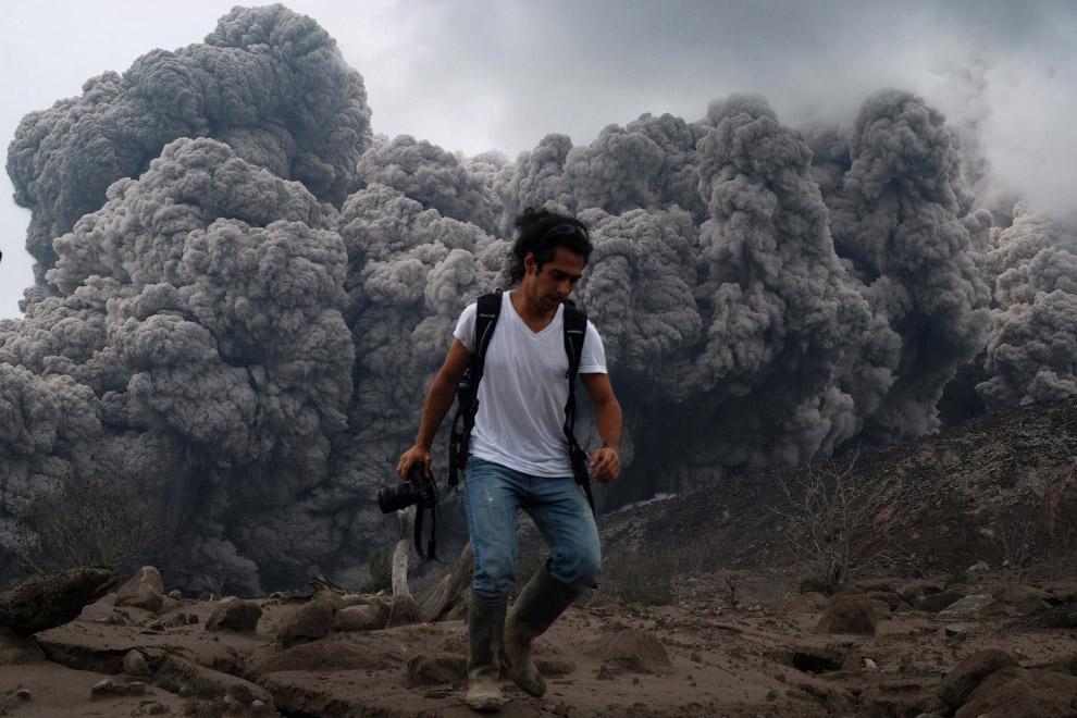 Извержение вулкана Синабунг в Северной Суматре