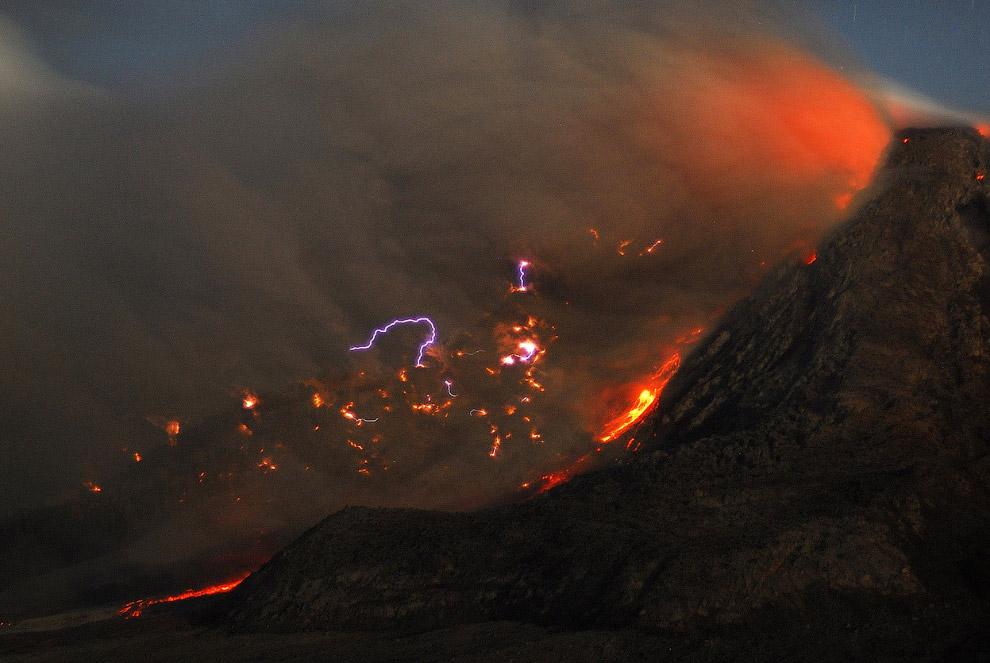 Еще одна фотография извержения вулкана Синабунг