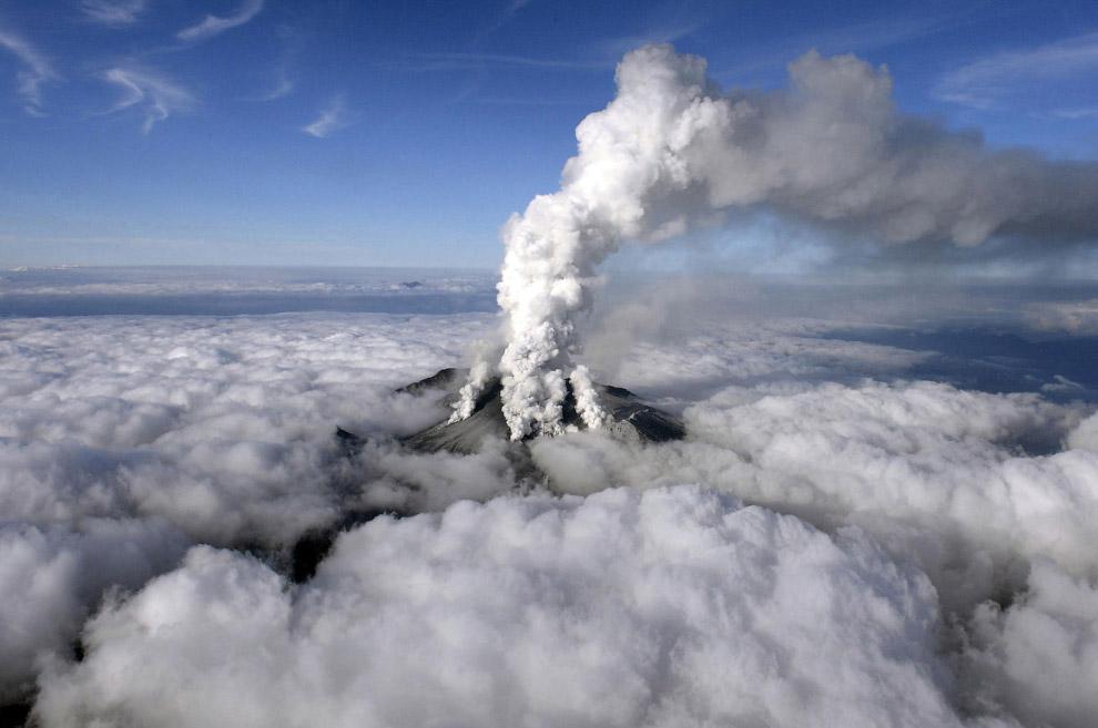 Пар и вулканические газы поднимаются из сложного вулкана, расположенного на японском острове Хонсю