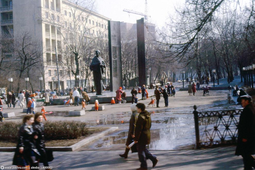 На Сретенском бульваре играют дети, одетые преимущественно в красное