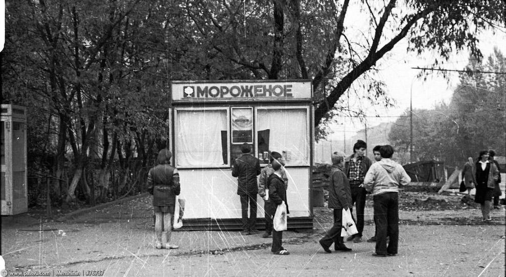 На бульваре Рокоссовского едят мороженое