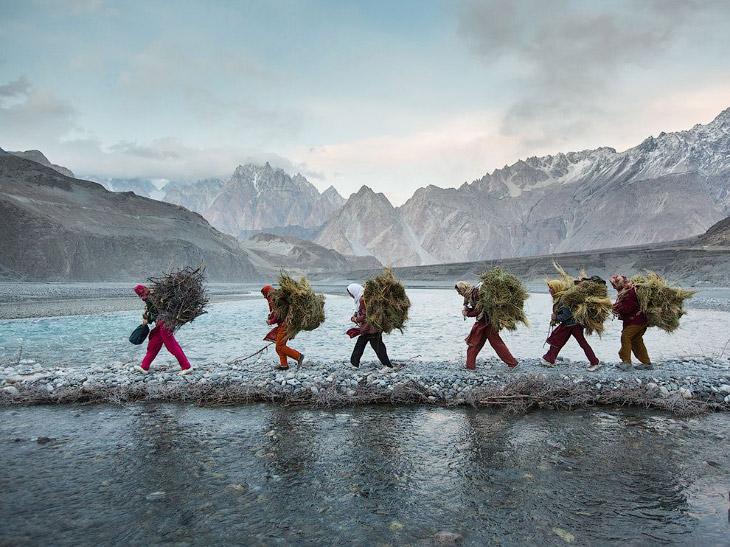 Женщины возвращаются домой с дровами и кормом, Пакистан
