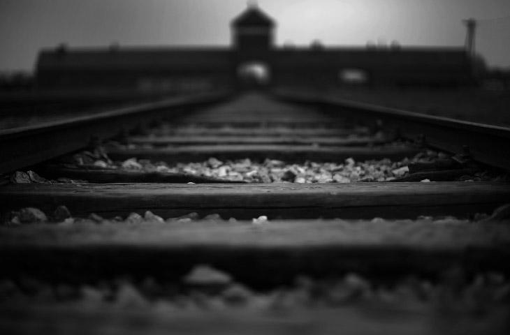 """Железнодорожный путь, ведущий в """"воротам смерти"""" концлагеря Освенцим, Польша"""