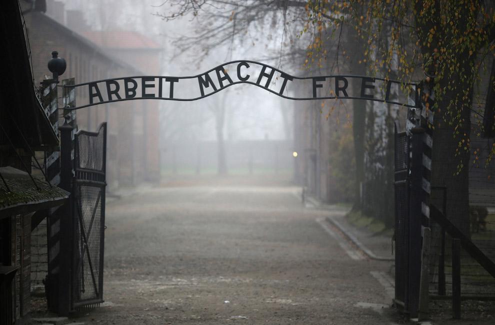 Надпись на немецком «Работа сделает вас свободными» у главных ворот лагеря Освенцим