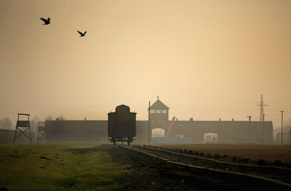 Железнодорожный путь, ведущий в «воротам смерти» лагеря Освенцим, Польша