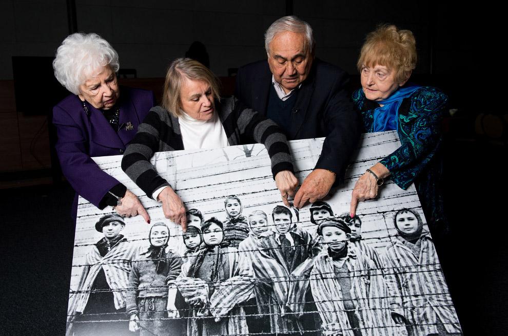 Еще выжившие. Показывают себя на фотографии, сделанной в Освенциме