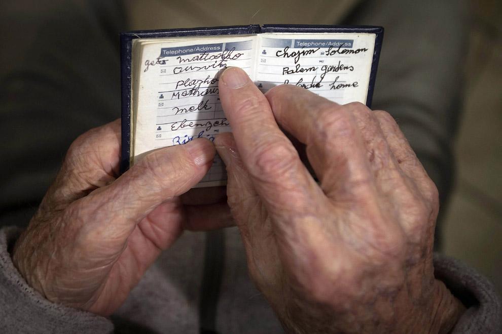 """90-летний Hy Абрамс, переживший Холокост,  указывает на слово """"Освенцим"""""""