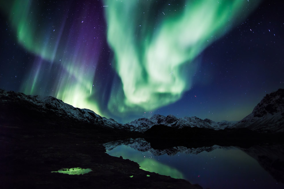 Северное сияние над горами и озером