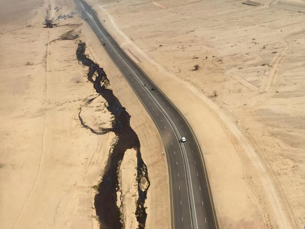 Разливы нефти из поврежденного трубопровода на юге Израиля