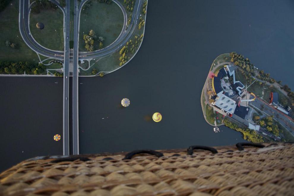 Воздушные шары над искусственным озером Берли-Гриффин в центре города Канберра