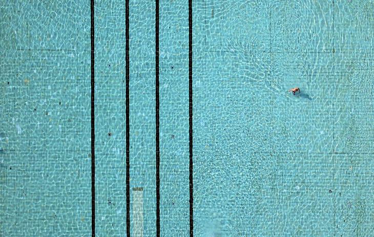 Человек в бассейне в Восточной Германии