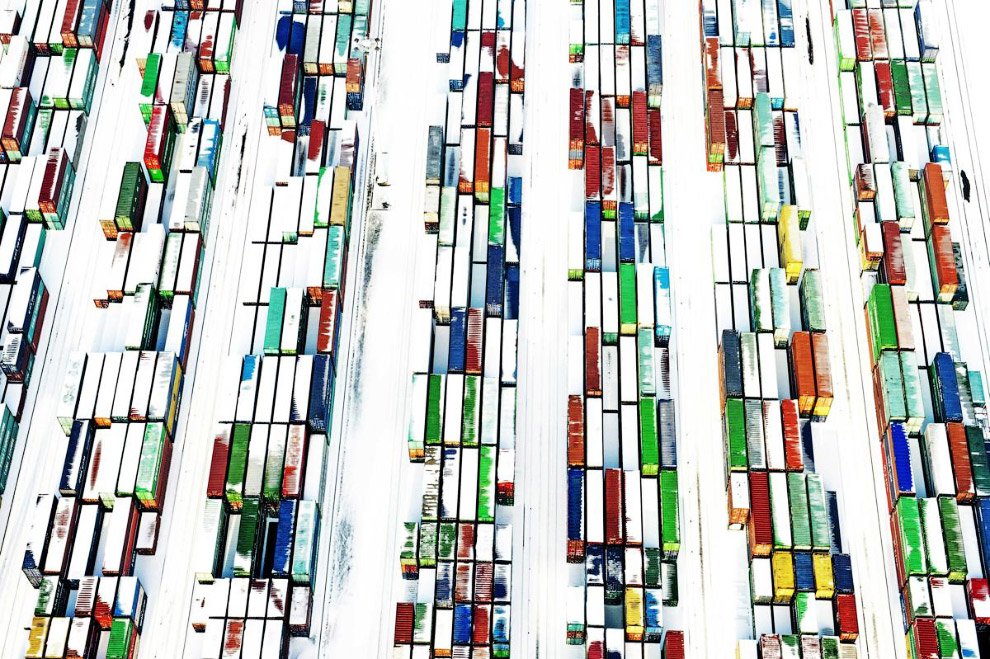 Завалило снегом контейнеры в порту Роттердама, Нидерланды