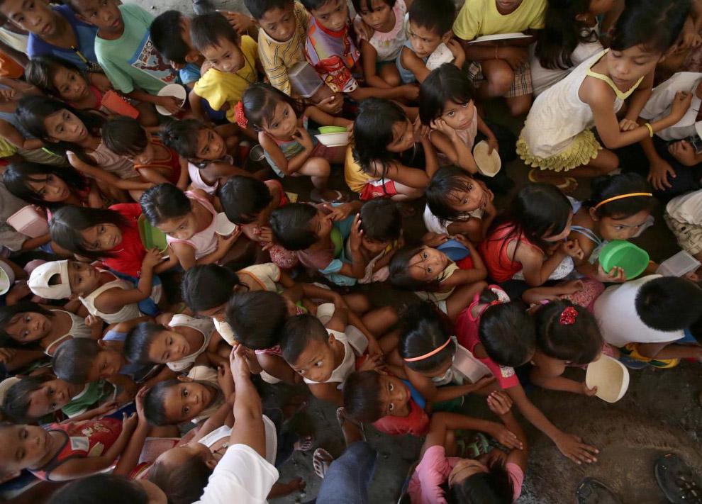 Очередь из детей за бесплатными продуктами для жертв тайфуна на Филиппинах