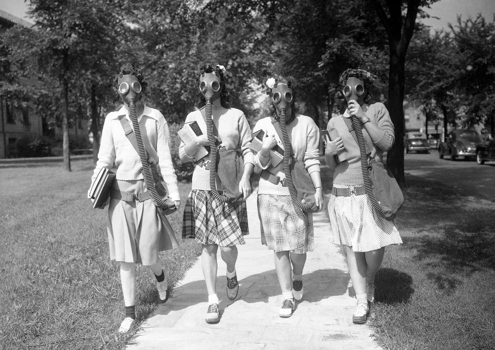 Студенты университета Детройт в противогазах