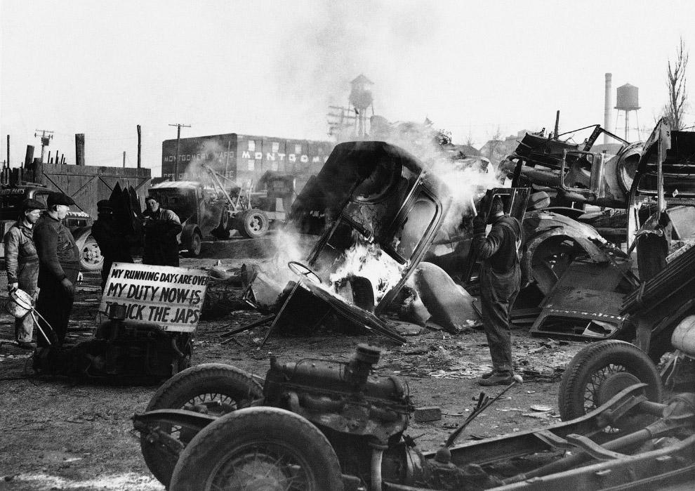 Это свалка старых машин, где выжигают ненужные части автомобилей, извлекая лишь металл