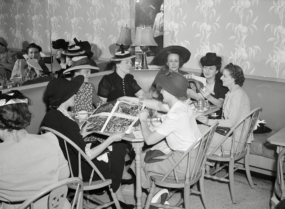 Покупатели в универмаге Кроули Милнер в июле 1941 года
