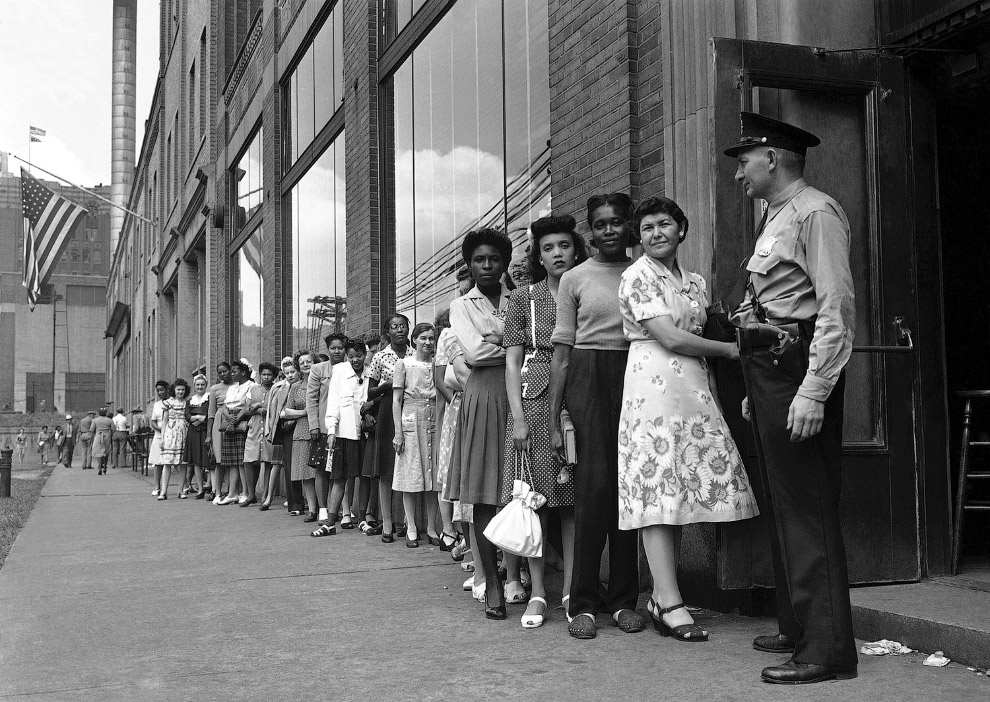 """Эти люди работали в городе на """"оборонку"""". Сейчас остались без работы, стоят в очереди в центр занятости за пособием по безработице"""