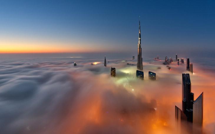 Самый высокий небоскреб в мире плывущий в облаках