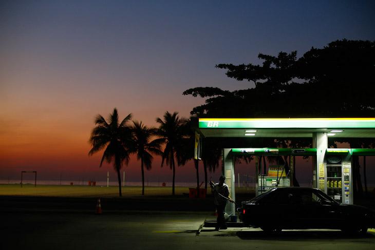 Заправної станції поруч з пляжем Копакабана в Ріо-де-Жанейро