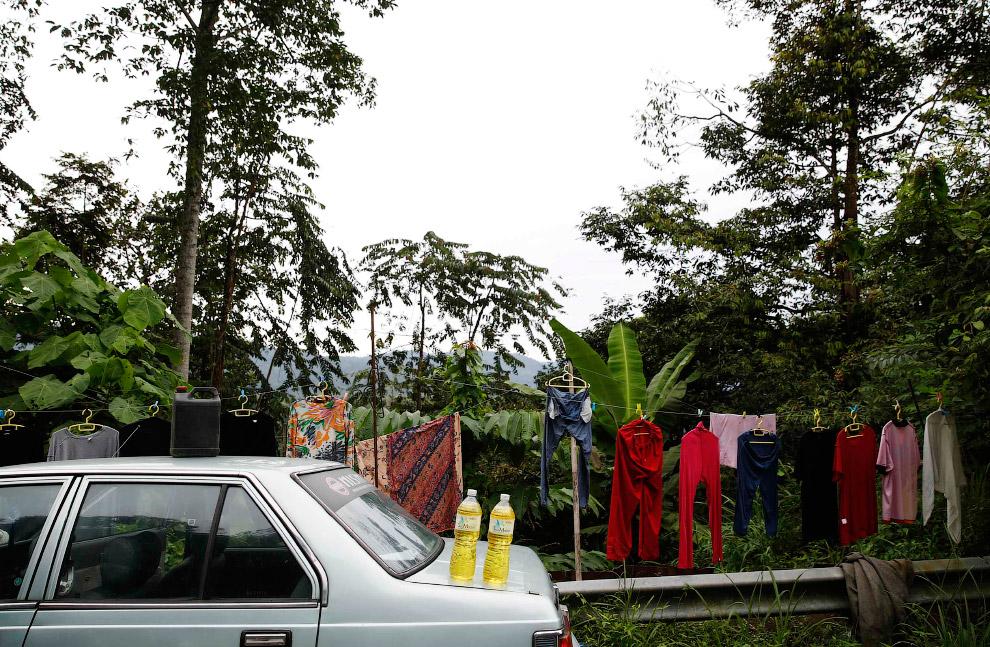 Тоже заправка: бензин на продажу по дороге в Малайзии