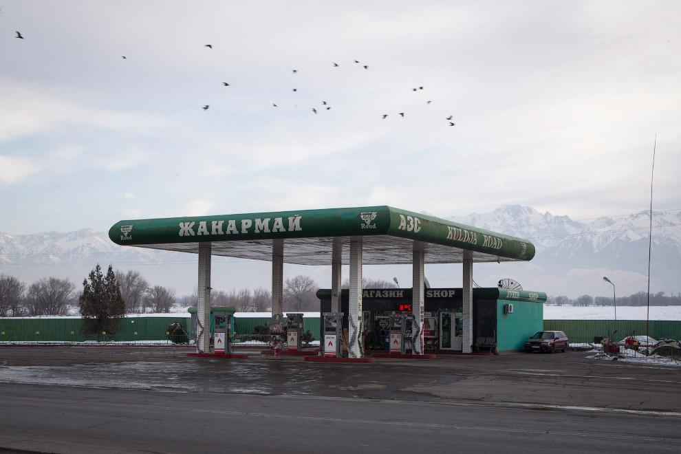 АЗС на тлі гір Тянь-Шаню, Казахстан