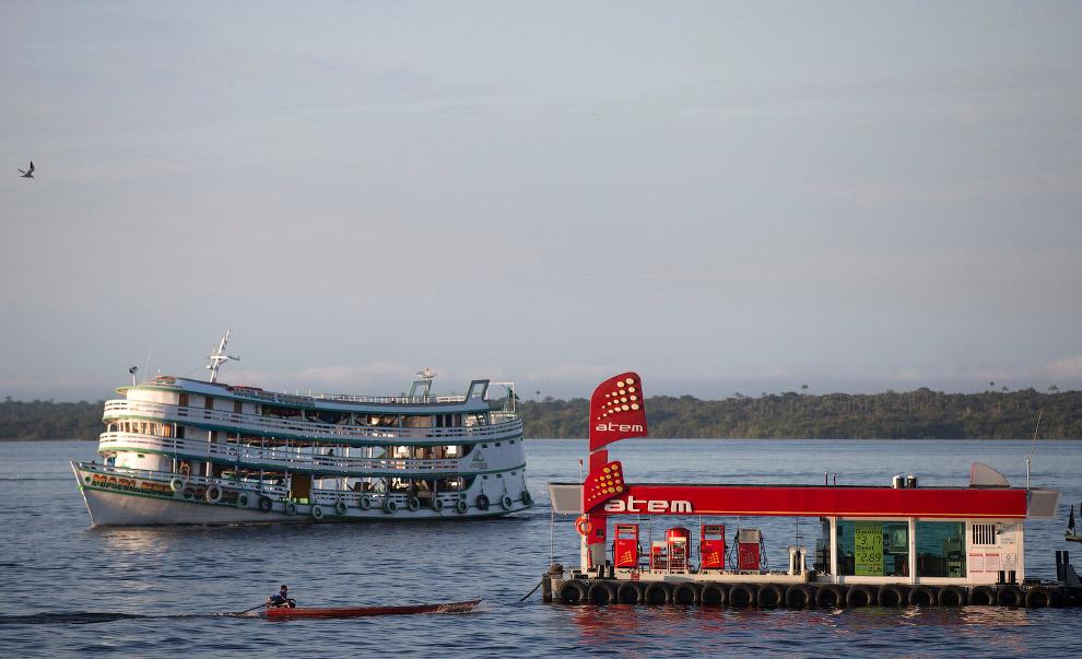 Плавающая заправка в штате Амазонас, Бразилия