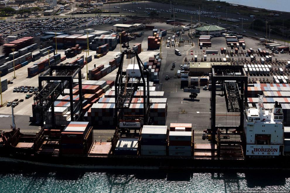 Контейнерный терминал на Песочном острове.