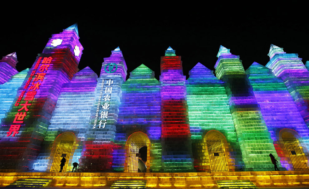 Разноцветное освещение ледяных строений превращает это место в настоящий сказочный город
