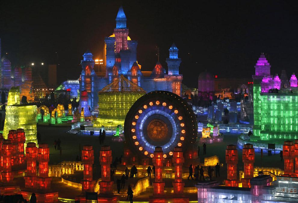 Общий вид ледяного городка в Харбине, Китай