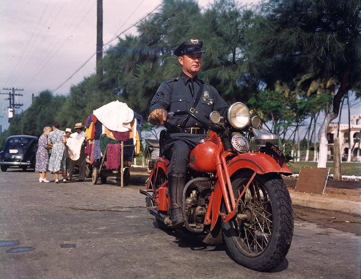 Полицейский на мотоцикле.
