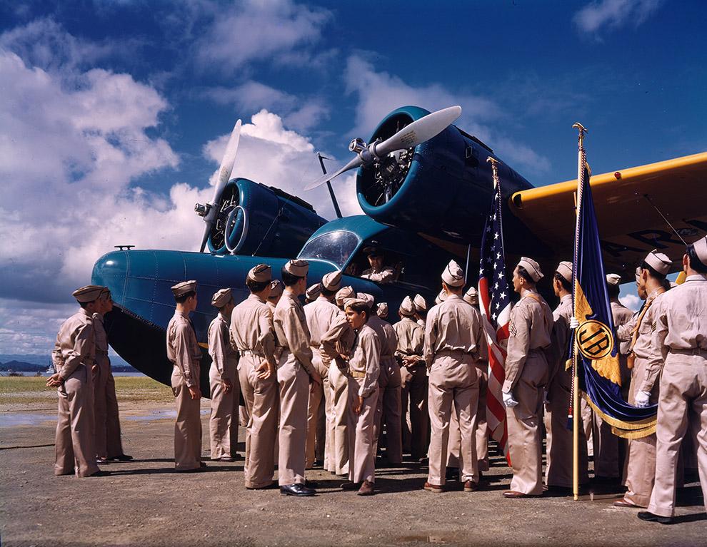 Члены клуба Junior Birdsmen (его членами были подростки увлеченные авиацией и авиамоделизмом) перед летающей лодкой Grumman G-21 Goose, Пуэрто-Рико.