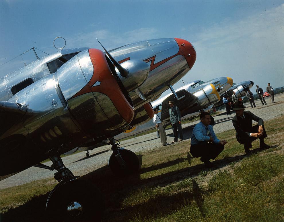 Мужчины в тени самолета Lockheed 12A Electra Junior, 1940 год.