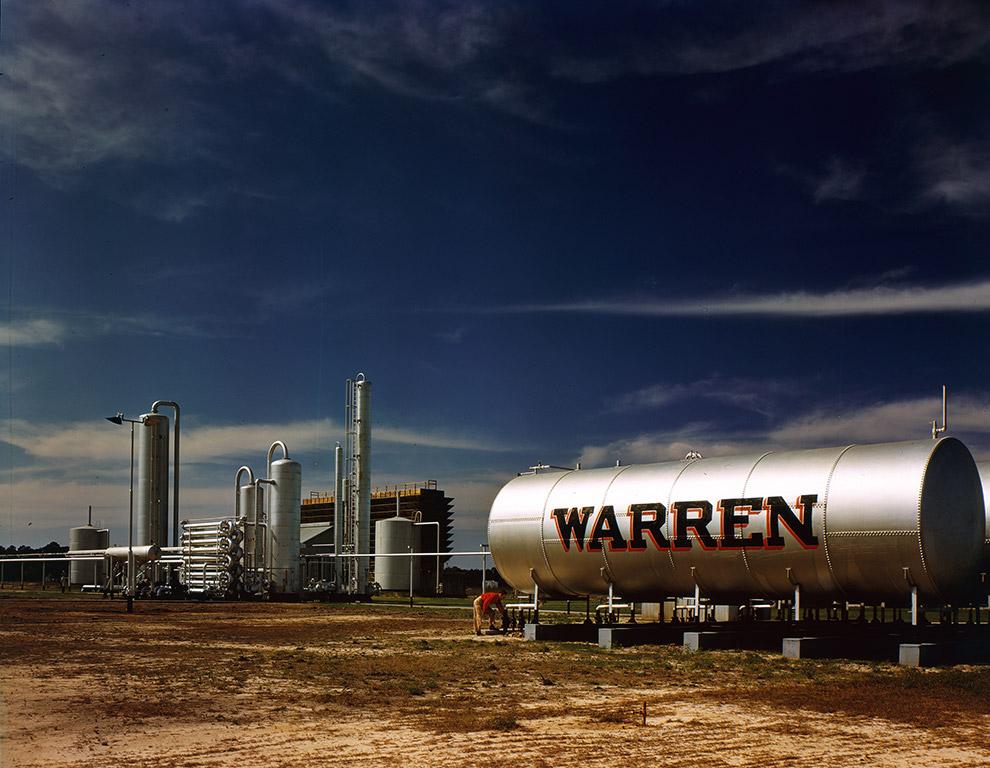 Одно из предприятий нефтяной компании Warren Petroleum Co, 1940 год.