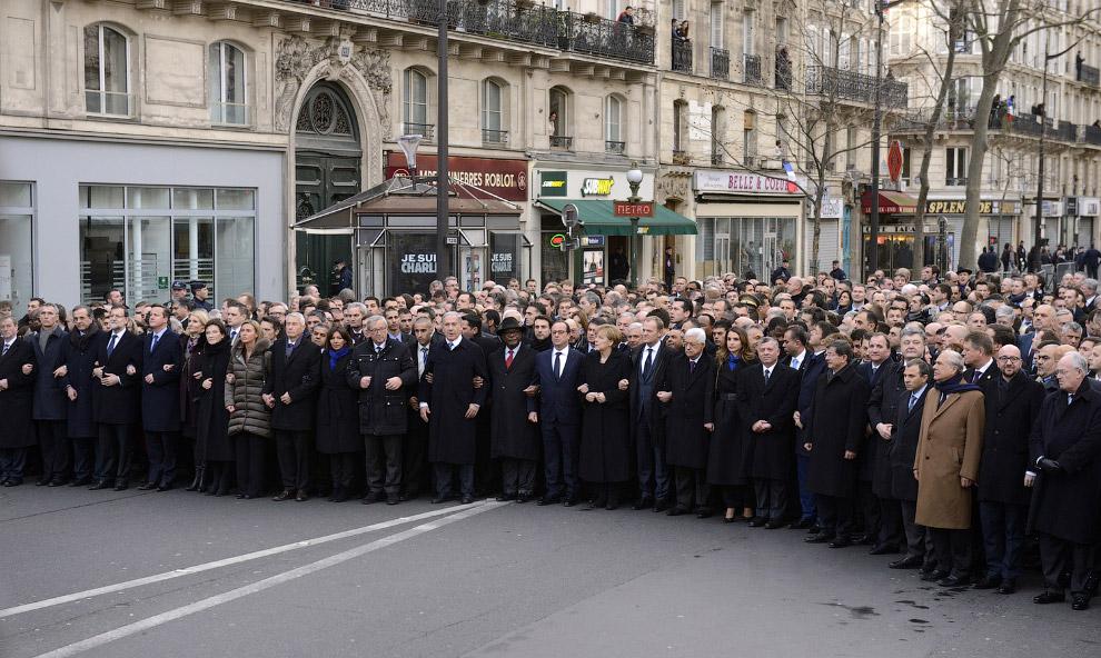 Строй из премьер-министров, президентов и других высокопоставленных лиц, приюывших на марш против терроризма в Париж