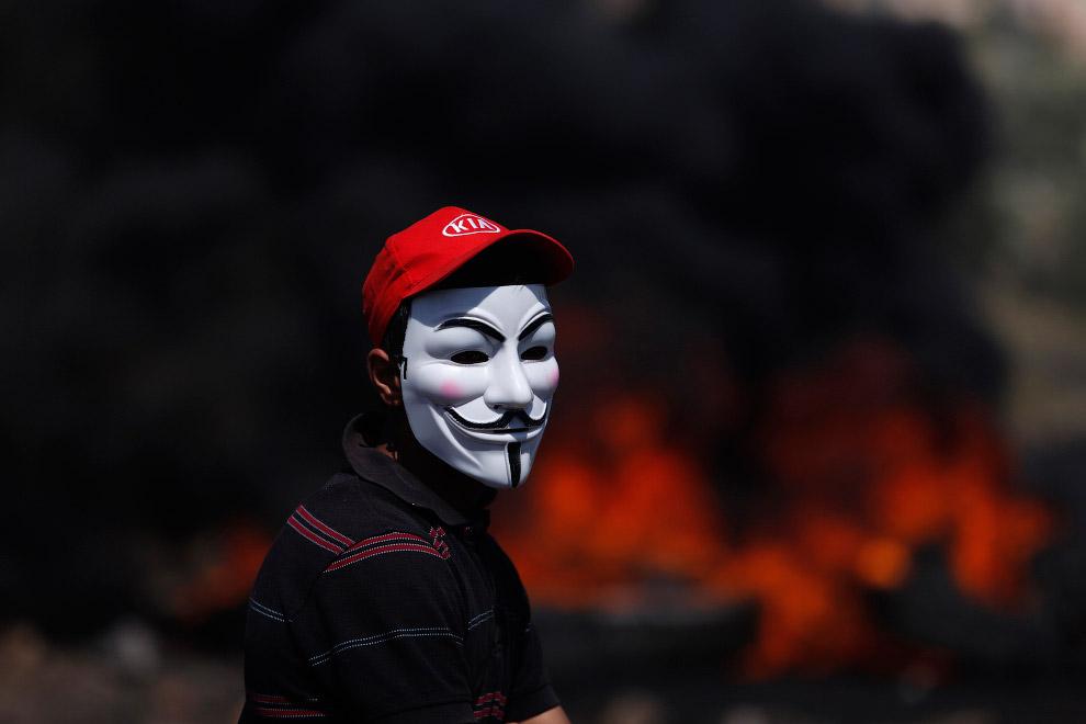 Акции протеста против еврейского поселения с горящими покрышками и масками Гая Фокса