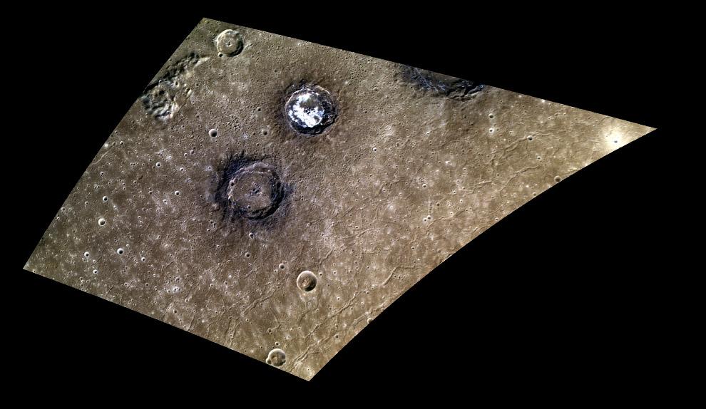 Весьма живописная парочка 50-километровых кратеров Зандера (яркий) и Мунка (темный)