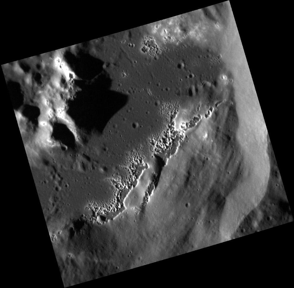 Полости на дне небольшого безымянного кратера Меркурия