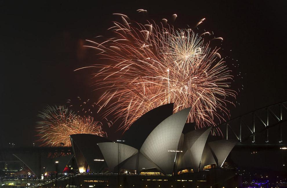 Фейерверк над Оперным театром и мостом Харбор-Бридж в Сиднее, Австралия