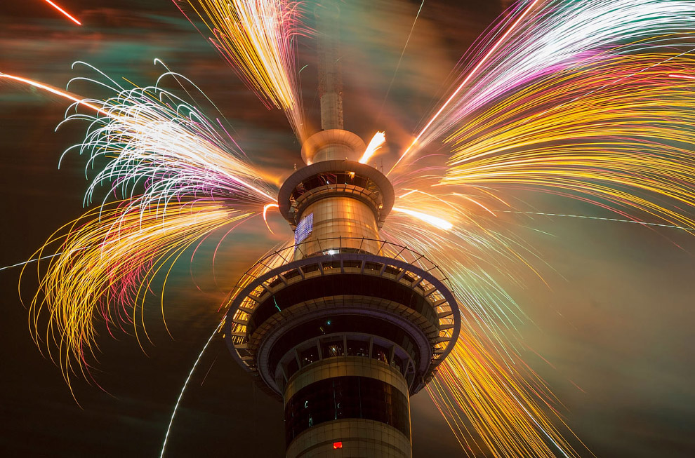 Фейерверк вспыхивают в верхней части башни Скай Тауэр, Окленд, Новая Зеландия