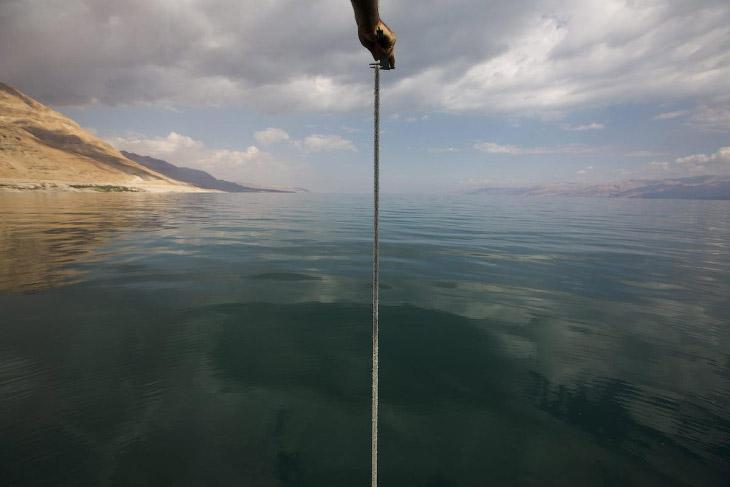 Ученые измеряют глубину Мертвого моря в районе курорта Эйн-Геди, Израиль