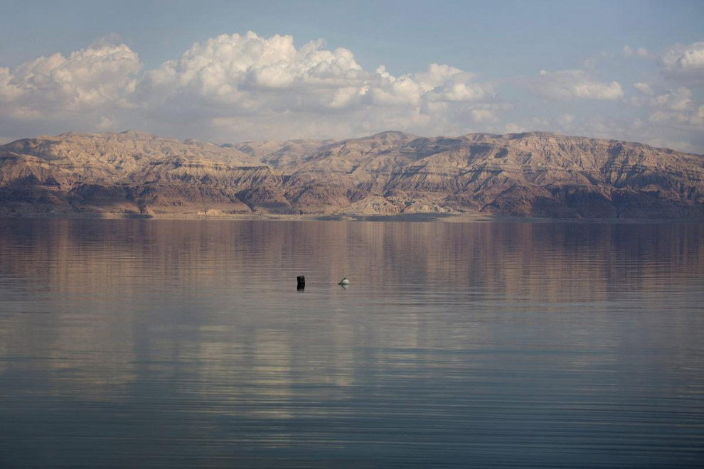 На снимке виден плавающий буй, который используется специалистами для измерения уровня Мертвого моря