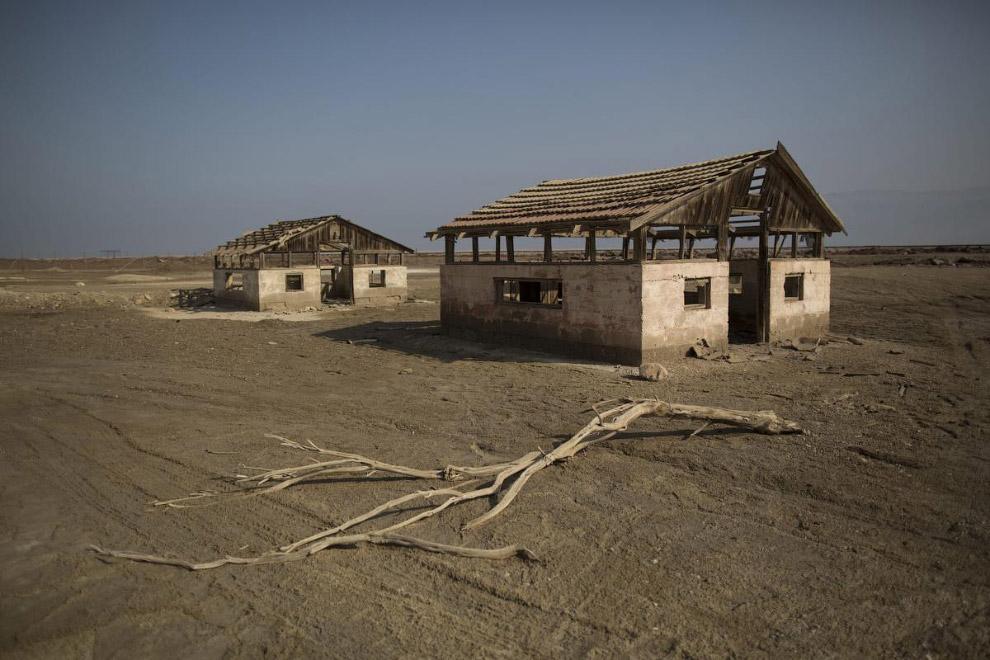 Заброшенные строения на южной стороне Мертвого моря.