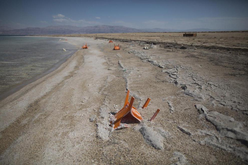 Стулья, покрытые солью, на курорте Мертвого моря в районе Эйн-Геди, Израиль