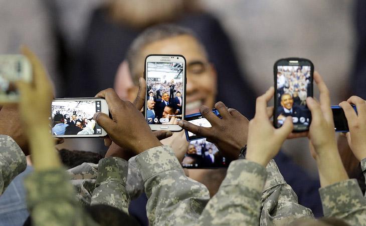 Американские солдаты фотографируют президента США Барака Обаму в Южной Корее