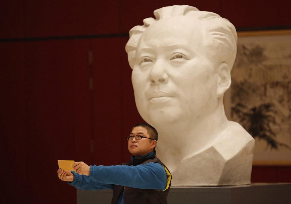 Селфи с бюстом покойного Председателя КНР Мао Цзэдуна
