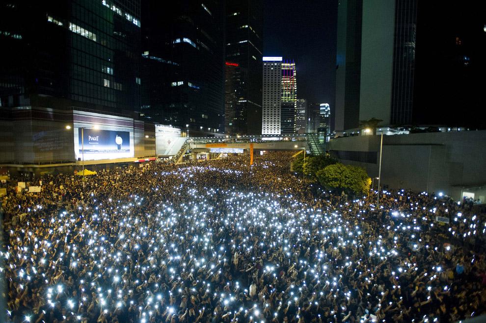 Протестующие со смартфонами в Гонконге