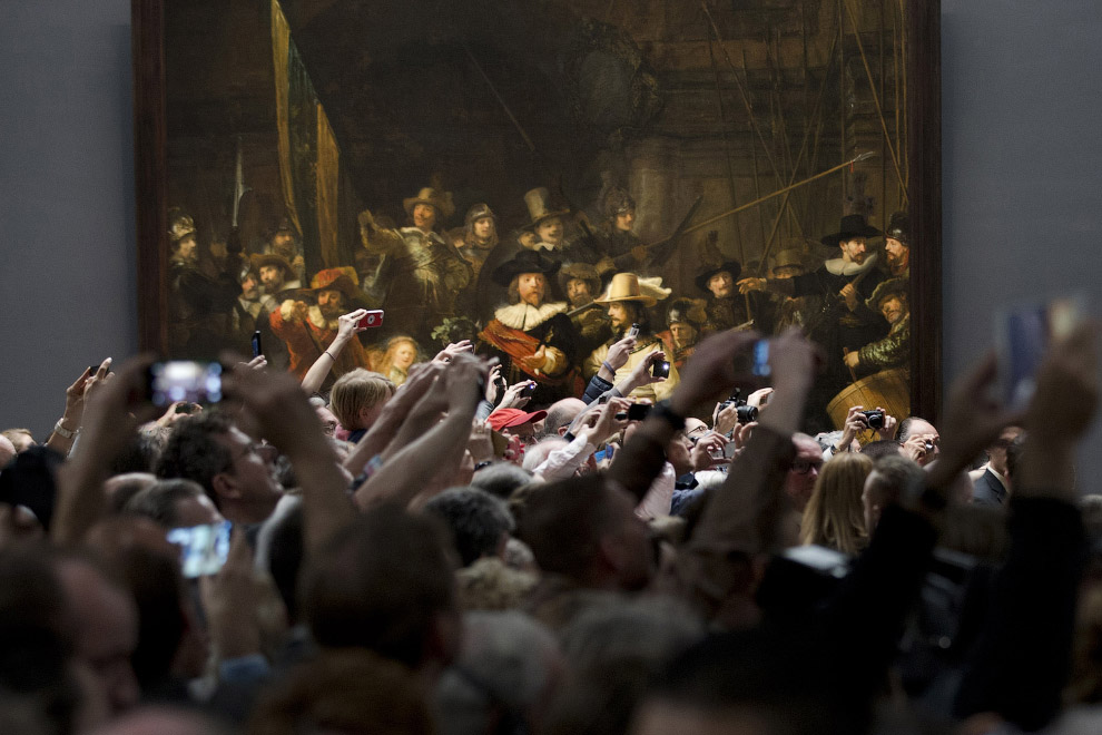 Почитатели Рембрандта и шведских короля с королевой (справа, не в кадре), которые прибыли с визитом в Амстердам