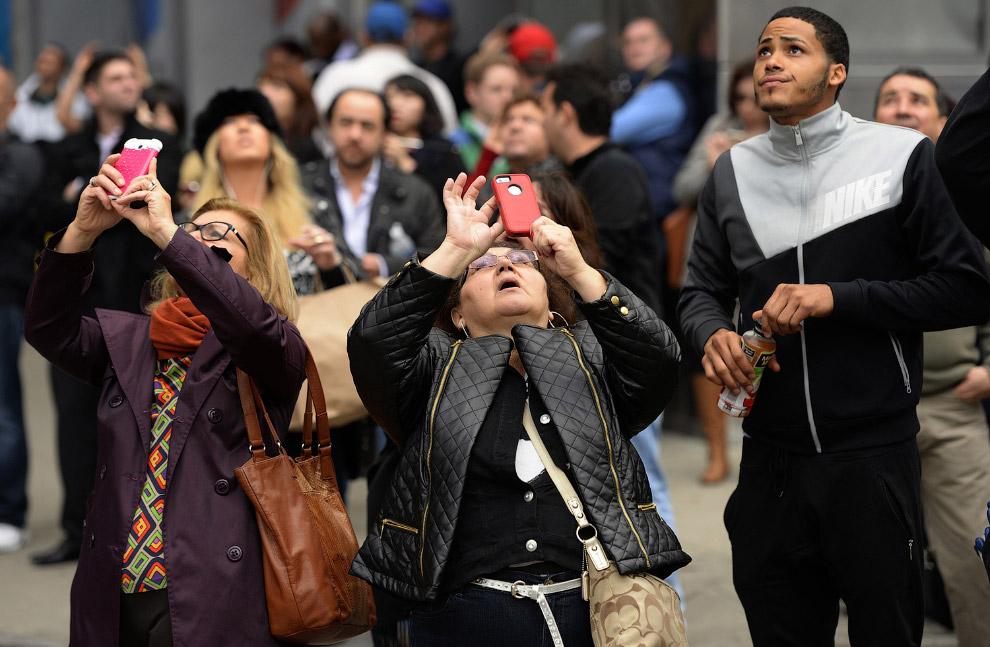 Туристы снимают на свои смартфоны Башню Свободы
