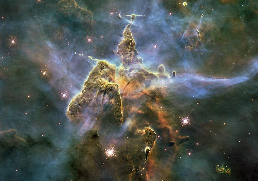 Столп пыли и газа в туманности Киля, расположенная 7 500 световых лет от Земли